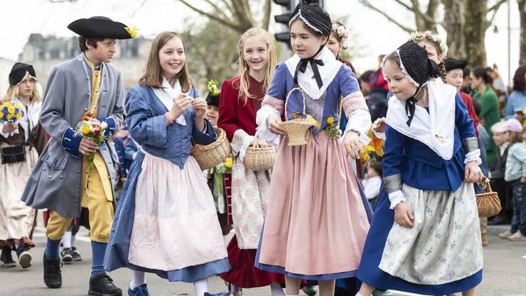 Der historische Kinderumzug war das grosse Highlight am Sonntag des Sechseläuten-Wochenendes. Rund 3000 Kinder begleitet von 800 Musikanten marschierten durch die Stadt und verteilten Süssigkeiten.