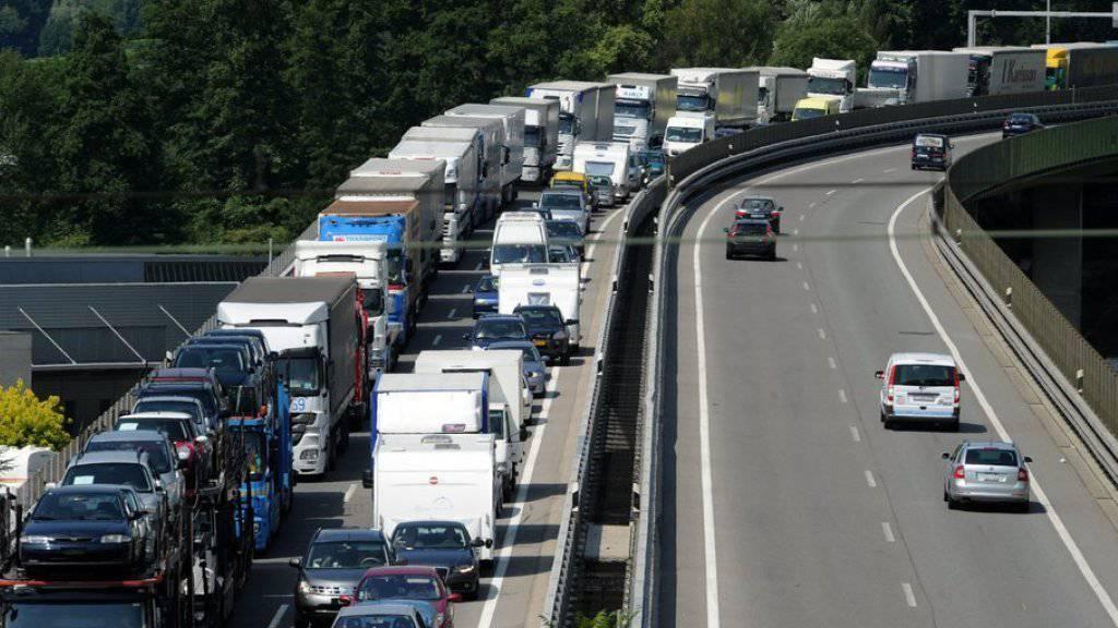 Autos stauen sich auf der Autobahn A2 in Chiasso in Fahrtrichtung Süden (Symbolbild)