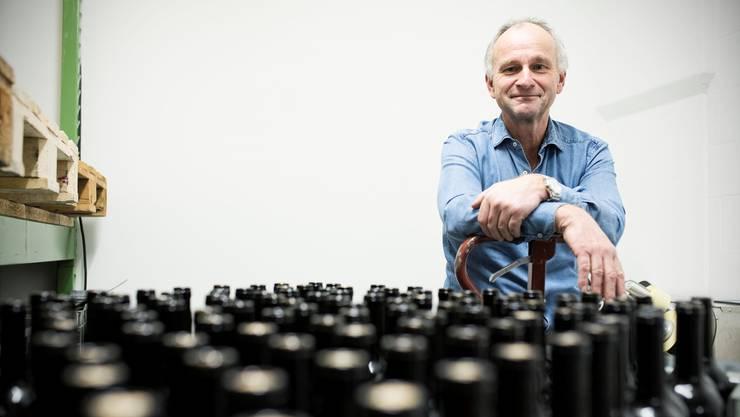Bald mit noch mehr Flaschen beschäftigt: Jürg Hügin in seinem Lager in Aesch.