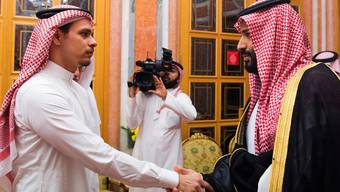 Salah Khashoggi schüttelt Kronprint Mohammed bin Salman die Hand.