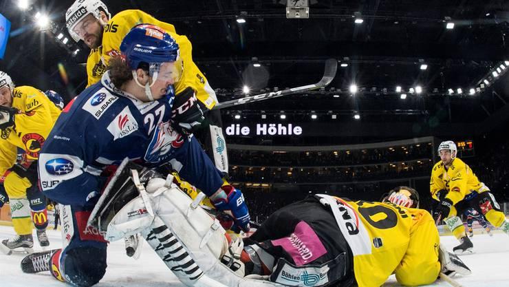 Fertig lustig: SCB-Goalie Leonardo Genoni machte seine Berner Bären-Höhle im Hallenstadion zu.