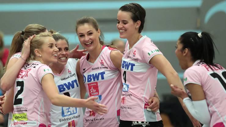 Jubel bei Sm'Aesch: Die Baselbieterinnen gewinnen das erste Playoffhalbfinal mit 3:0.