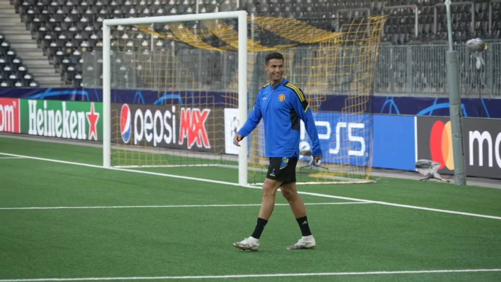 Hier schreitet Ronaldo zum Training im Berner Wankdorf
