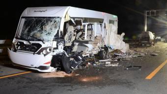 Bei einer Frontalkollision auf der A2 in Eptingen BL ist an diesem Wohnmobil Totalschaden entstanden. Die Insassen kamen mit leichten Verletzungen davon.
