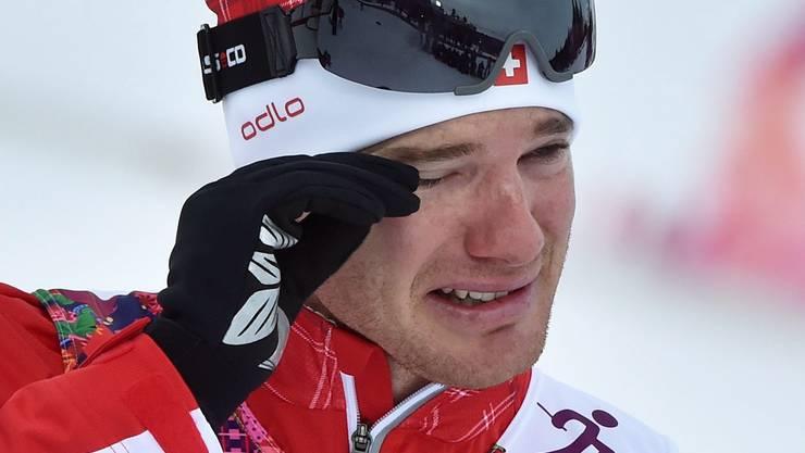 Dario Cologna weint bei der Zeremonie nach seinem Olympiasieg im Skiathlon