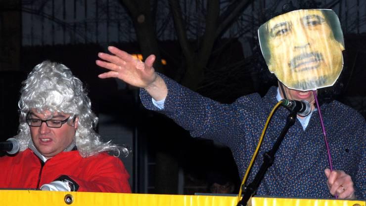 Muammar Gaddafi (re.) versucht Hieronymus Füdlibürger vor dem Todesurteil zu bewahren.