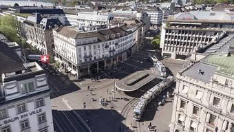 Die grüne Welle schwappt auch hierüber: Das Herz des Schweizer Finanzplatzes, der Zürcher Paradeplatz. (Archivbild).