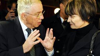 Blocher und Calmy-Rey im Januar 2001 im Gespräch (Archivbild)