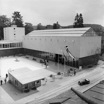 Das Aargauer Kunsthaus mit Kantonsbibliothek und Bücherturm im Hintergrund. Die monolithische Architektur erhielt in Fachkreisen viel Beifall.