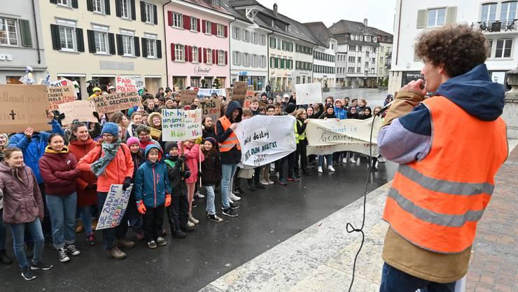 Schüler, die streiken – wie hier am 15. März 2019 in Olten –, sollen nicht fliegen, fordert ein Kantonsrat.