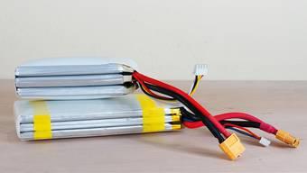 Aus einem Lithium-Polymer-Akku, den er aus einem Modellauto ausmontierte, und dem Kabel eines Rasierapparats bastelte ein gelernter Elektroniker ein provisorisches Ladegerät. Die Konstruktion entzündete sich in seiner Wohnung.symbolbild: shutterstock