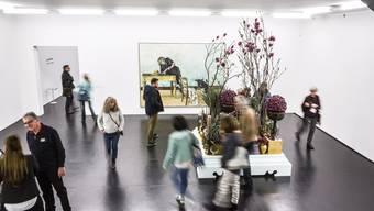 Mit Magnolien, mit viel Violett, Grün und Gold reagieren Marc Müller und Nicole Matter floristisch auf Marc-Antoine Fehrs melancholisches Gemälde «Après-midi à Pressy».