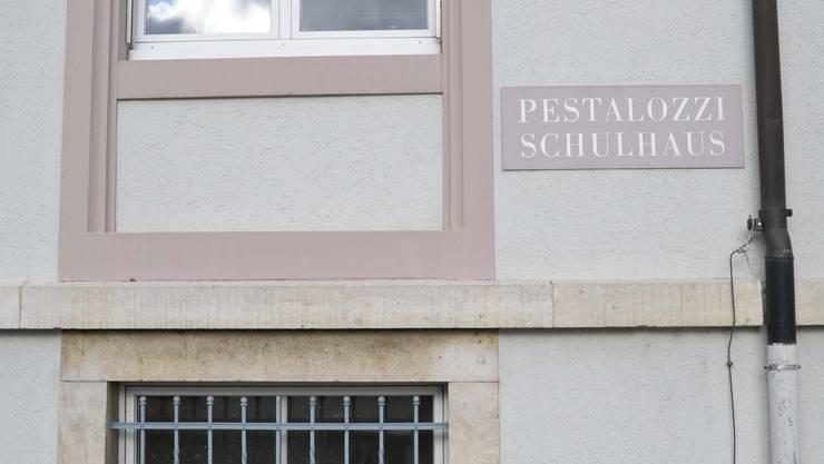 Umstritten: Für die Gemeinde ist der Keller des Pestalozzischulhauses bestmögliche und kostengünstigste Ort für den Mittagstisch. (Bild: Martin Toengi)