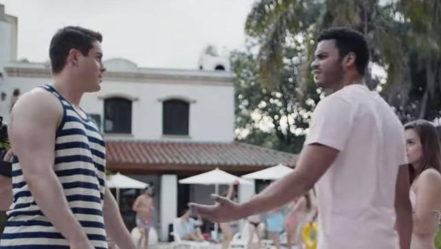 Eine Szene aus dem Video: Ein Mann macht seinen Kollegen auf sein unangemessenes Verhalten aufmerksam.
