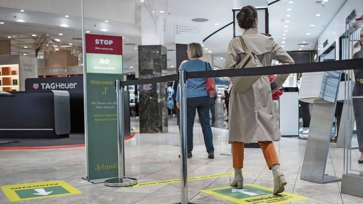 Bei rot heisst es warten: Im Warenhaus Jelmoli in Zürich regelt das elektronische Zählsystem von Richnerstutz, wie viele Leute rein dürfen.