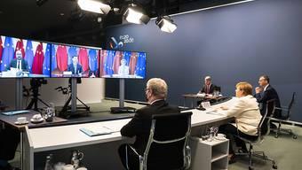 Bundeskanzlerin Angela Merkel nimmt im Kanzleramt an den per Videokonferenz geführten Gesprächen zwischen der EU und China teil. Foto: Sandra Steins/BPA/dpa