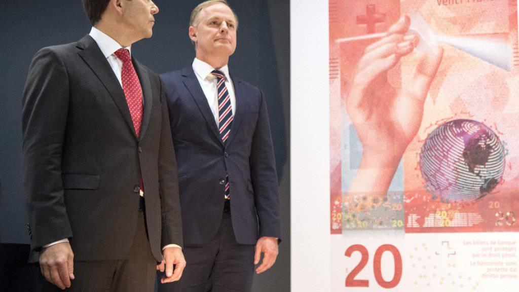 SNB-Vizepräsident Fritz Zurbrügg (l.) und Direktoriumsmitglied Thomas Wiedmer (r.) präsentieren in Bern die neue 20-Franken-Note.