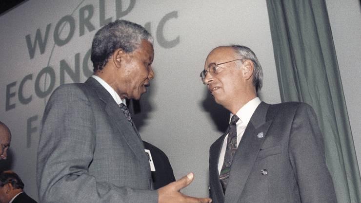 Nelson Mandela diskutiert mit Klaus Schwab am WEF im Januar 1992