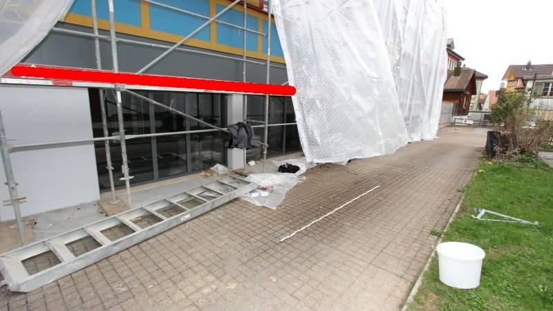 Durch einen Sturz von einem Baugerüst zog sich ein Bauarbeiter in Appenzell mittelschwere Verletzungen zu.