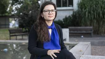 Laura Rufer (24, FDP), beim Gemeindehaus in Unterentfelden, wo sie aufgewachsen ist.