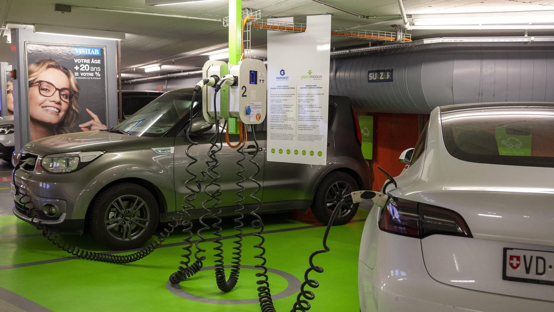 Von den seit Jahresbeginn in der Schweiz verkauften Neuwagen kann schon jeder Fünfte am Stromnetz «tanken». (Symbolbild)