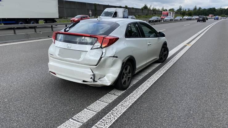 Ein Volvo verursachte einen Auffahrunfall und beschädigte dabei zwei weitere Fahrzeuge.