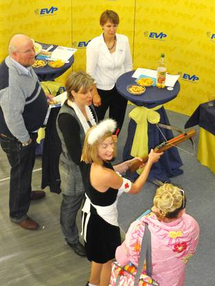 Wenn das nur gut geht Variété-Girl Schwester Gwendolin (Marlis Brüggemann) versucht sich am EVP-Stand als Armbrustschützin