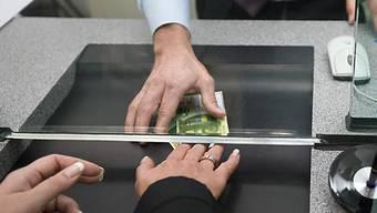 Kunde an einem Bankschalter (Symbolbild)