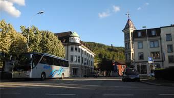 Fussgänger könnten die Winterthurerstrasse und die Bahnlinie unterqueren, diese Idee bekommt in Laufenburg Aufwind. Der Eingang zur Unterführung wäre in den Gedankenspielen dort, wo auf dem Bild der Car steht. mf