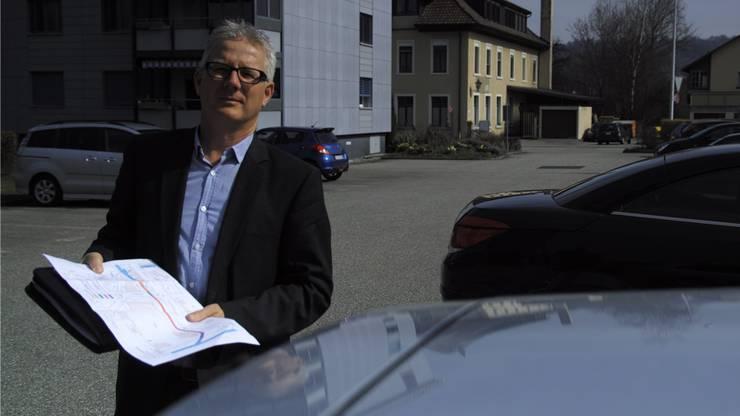 Bauverwalter Werner Ryter steht auf dem überdeckten Teil der Altachen.