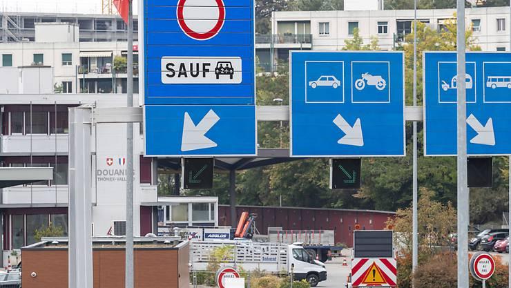 Massnahmen gegen die täglich rollende Verkehrslawine: Ein neues Schild (links) markiert die eigene Spur für Fahrgemeinschaften am Grenzübergang Thônex-Vallard bei Genf.