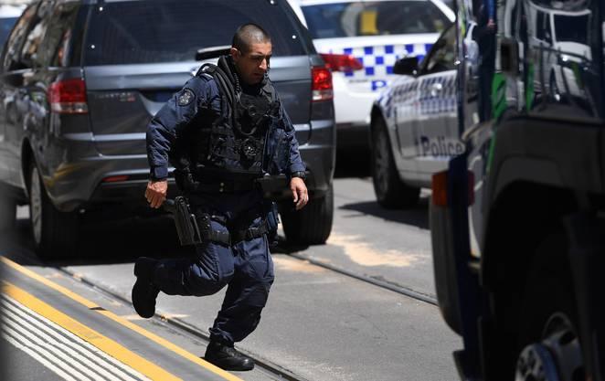 Der Fahrer des Autos sei festgenommen worden, teilte die Polizei des australischen Gliedstaates Victoria an einer Pressekonferenz vor Ort mit.