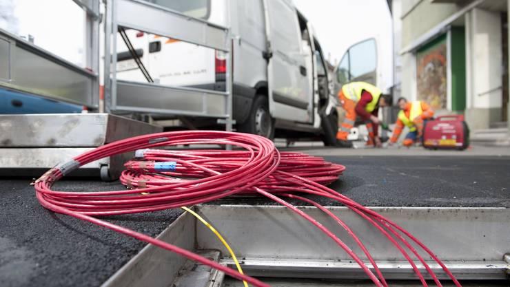 Die Swisscom lässt derzeit überall in der Schweiz Glasfaserkabel verlegen – in Solothurn helfen deutsche Fachkräfte mit. Themenbild: AZ