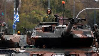 Griechischer Panzer in Athen: Zu schwer für Europas Brücken. A. Konstantinidis/Reuters