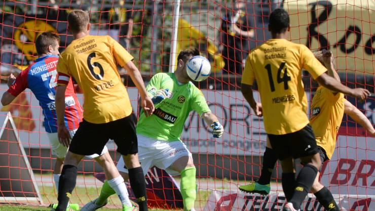 Schaffhausens Torhüter Franck Grasseler (verdeckt durch den Ball) fällt noch rund drei Monate aus