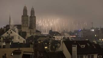 Mit der tieferen Variante soll verhindert werden, dass das Feuerwerk wie in den vergangenen Jahren im Nebel verschwindet. (Archiv)