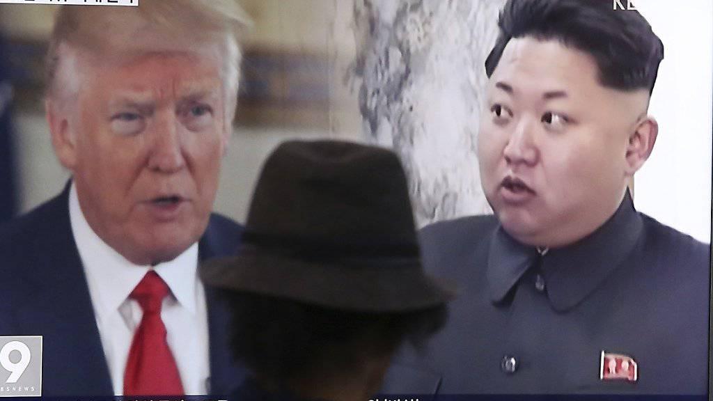 Will mit einem Entscheid über einen möglichen Raketenabschuss in Richtung der US-Insel Guam noch zuwarten: Nordkoreas Machthaber Kim Jong Un (Rechts). (Archivbild)