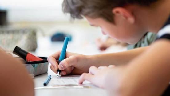 Schüler vernachlässigen vor lauter Handy und Computer immer häufiger die Handschrift.