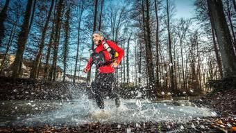 Bei Temperaturen um den Nullpunkt rennt Guido Huwiler ohne mit der Wimper zu zucken durch den Frey-Kanal in der Telli. Chris Iseli