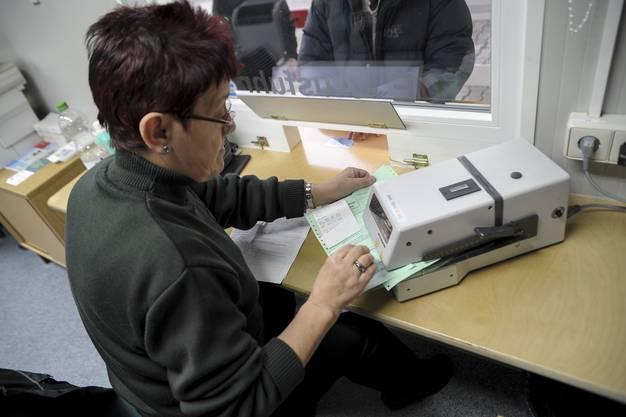 Eine Mitarbeiterin des Deutschen Zoll stempelt die Formulare ab.