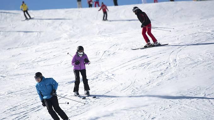 Im Kanton Graubünden beschränken die Skigebiete die Anzahl der Tagesgäste über die Feiertage. Im Bild Wintersportler im Davoser Skigebiet Parsenn.