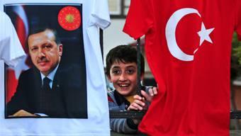 Ein Bild aus der Türkei. Im Kanton lächelt nicht jeder Türke zur Abstimmung über die Verfassungsreform. Die Meinungenunter den Türken, die hier wohnen, sind geteilt. LEFTERIS PITARAKIs/key