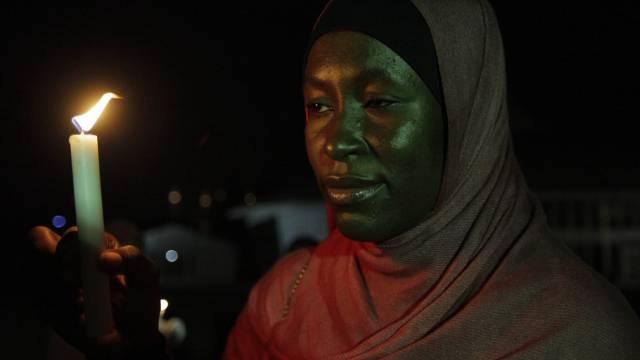 Eine Frau gedenkt von Boko Haram gekidnappten Mädchen