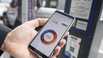 Mit Twint erübrigt sich die Suche nach Münz:  In der Stadt Zug wird die Bezahl-App ausprobiert, später in anderen Schweizer Städten und Gemeinden eingeführt.