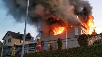 Direkt an Strasse und Bahnstrecke: Die oberen Etagen brannten lichterloh.