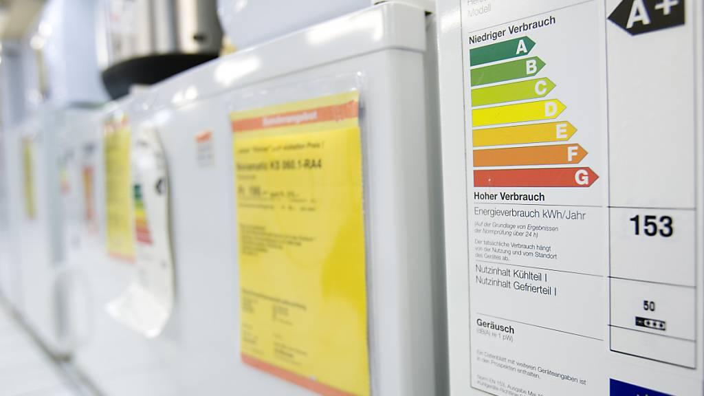 Energieetiketten auf Waschmaschinen: In der Schweiz werden mehr Haushaltgeräte benutzt, dank energieefizienter Technologien ist aber der Stromverbrauch gesunken. (Symbolbild)