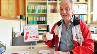 Heinz Hammer beim Kaffee im Büro seiner Druckerei.