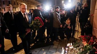 Der russische Präsident Wladimir Putin legt am Ort des Anschlags in seiner Heimatstadt St. Petersburg Blumen nieder.
