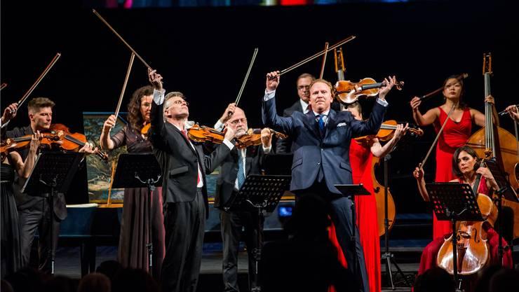 Geiger Daniel Hope (vorne) und das Zürcher Kammerorchester auf der Potemkischen Treppe bei den Odessa Classics.