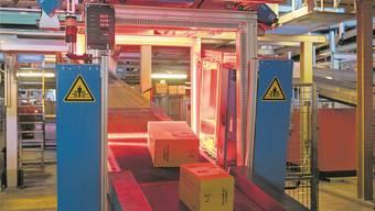Sendungen werden im Paketzentrum der Post in Härkingen erfasst.